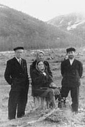 Свящ.Павел Гулынин (справа) с матушкой Серафимой (стоит) на Колыме, 1952г.